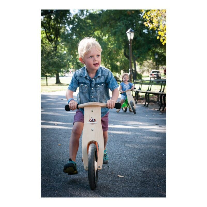 Kinderfeets-Krijt-Oranje-houten-Loopfiets-2-Wielen-Mogelijkheden-Hoogte-Vooraanzicht-Houding-kind-Kf3.321024X1024.jpg