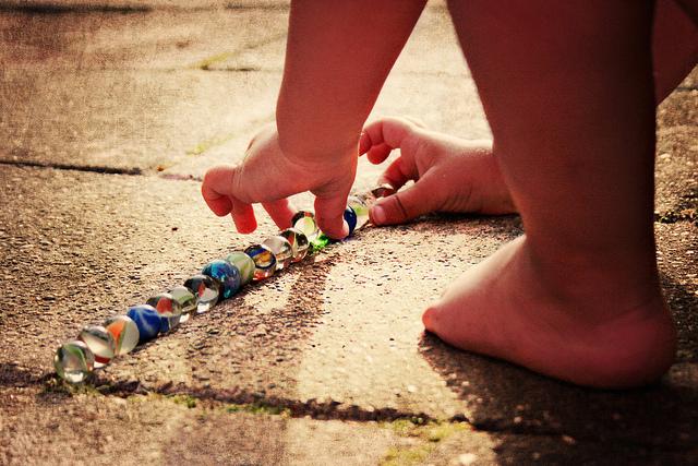 knikkeren-kinderen-lente-spelen-buiten