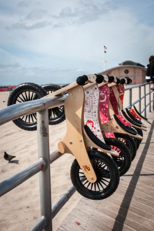 kinderfeets-loopfiets-op-het-strand-uitzicht-300x450