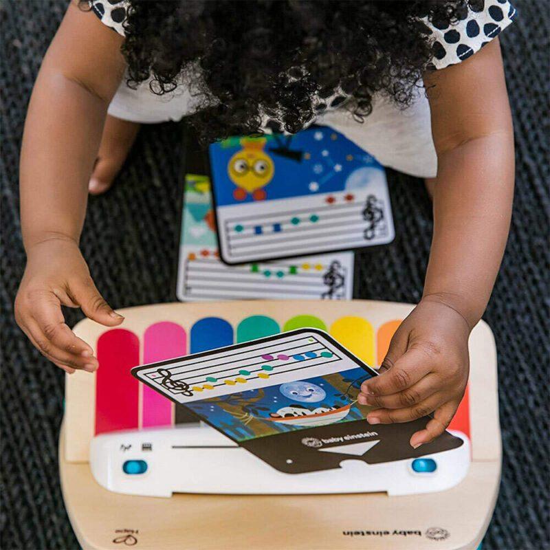 Kindje Speelt Met Houten Speelgoedpiano Magische Toetsen Baby Einstein Hape hape-11649 1000x1000
