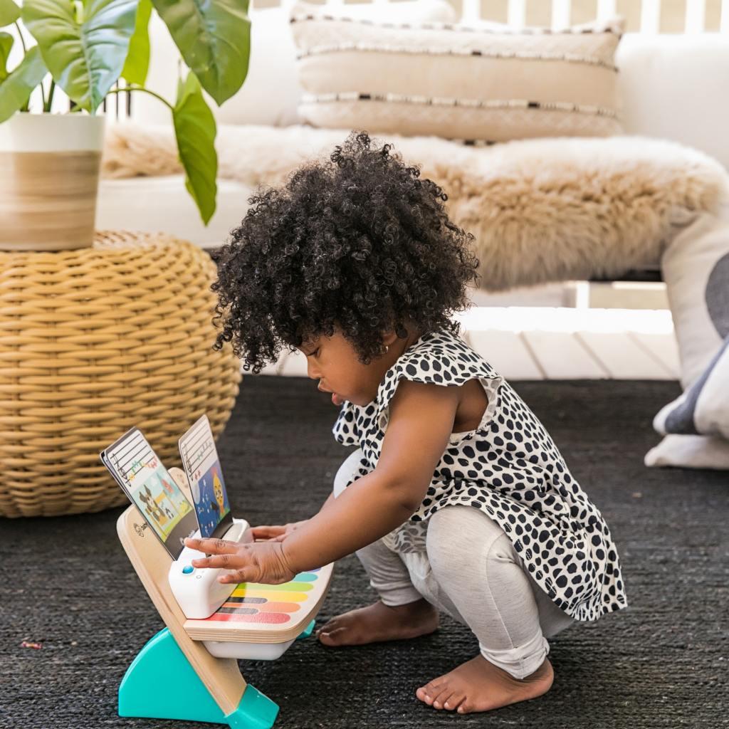 Spelen Zijkant Met Hape Speelgoedpiano Magische Toetsen Baby Einstein hape-11649 1024x1024